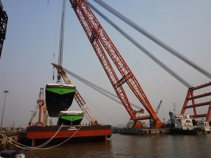 Ponton wordt geladen in China Concordia Damen